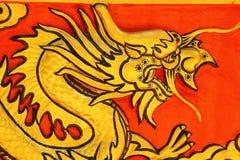 Draak op tempelmuur Wat Khao ISan (Thepprathan) Stock Afbeeldingen