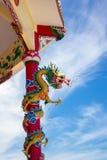 Draakbeeldhouwwerk in Chinese tempel met blauwe hemel Stock Afbeeldingen