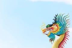 Draakbeeldhouwwerk tegen blauwe hemel Royalty-vrije Stock Foto's