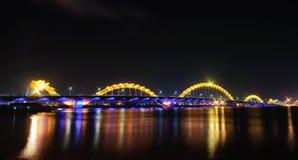 Draakbrug 's nachts in Danang-stad Stock Foto