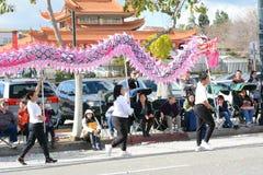 Draakdragers in Gouden Dragon Parade, die het Chinese Nieuwjaar vieren stock foto's