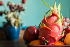 Draakfruit op een dienblad van voedsel Stock Foto