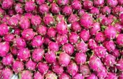 Draakfruit, tropisch die fruit bij Lange het fruitmarkt van Vinh wordt getoond, Mekong delta De meerderheid van de vruchten van V royalty-vrije stock fotografie
