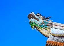 Draakstandbeeld op het dak van een Chinese tempel Royalty-vrije Stock Afbeeldingen