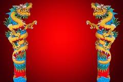Draakstandbeeld op rode achtergrond royalty-vrije stock afbeeldingen