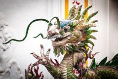 Draakstandbeeld op witte achtergrond, Vietnam, Azië. Stock Foto