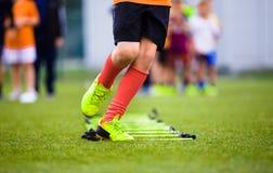 Drabina Musztruje ćwiczenia dla Futbolowej piłki nożnej drużyny Młoda gracz praktyka Zdjęcie Stock