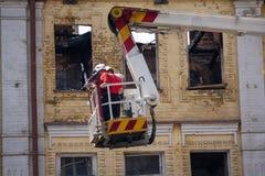 Drabinowa fura z ogieniem przeciw tłu fasada palący budynek Obraz Royalty Free