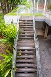 Drabinowy sposobu schody prowadzi up to w górę lub na dół schodka w ogródzie Fotografia Royalty Free