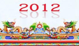 Drache der chinesischen Art und Huhnstatue auf Dach Lizenzfreie Stockbilder