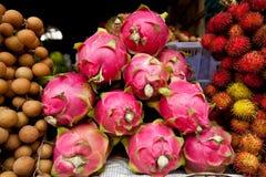 Drache-Frucht im kambodschanischen Markt Stockfotos