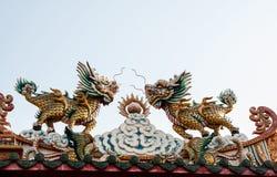 Drache-köpfiges Einhorn auf Himmelhintergrund Stockfotografie