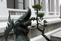 Drache mit dem Baum, der den Eingang zum Tempel schützt Lizenzfreies Stockbild