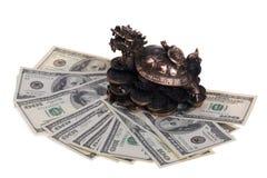 Drache-Schildkröte auf hundert Dollarscheinen Stockfotos
