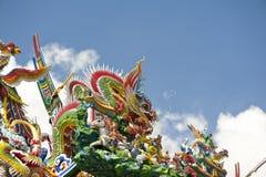 Drache und Götter auf einem chinesischen Tempel lizenzfreies stockfoto