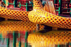Dracheboote, die im Wasser sich reflektieren Lizenzfreies Stockfoto