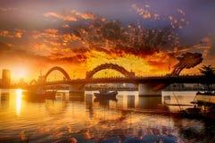 Drachebrücke an einem bewölkten Sonnenuntergangtag mit Reflexion auf Wasser lizenzfreie stockfotos