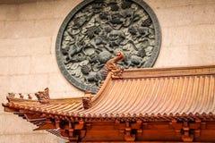 Drachedachdetail und Löweplatte in Jing An Tranquility Temple - Shanghai, China lizenzfreie stockfotografie