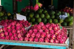 Drachefrüchte und -melonen am lokalen Platz in Java Lizenzfreie Stockfotos