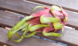 Drachefrucht auf einem Holztisch Stockbild