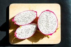 Drachefrucht auf hölzernem hackendem Brett Stockfotografie