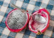 Drachefrucht und -löffel auf dem Tisch stockfoto