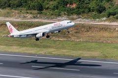 Dracheluft entfernen sich von Phuket-Flughafen Lizenzfreies Stockfoto