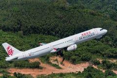 Dracheluft entfernen sich von Phuket-Flughafen Stockfotos