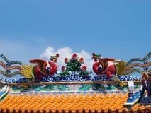 Drachen auf Tempeldach Stockfotos