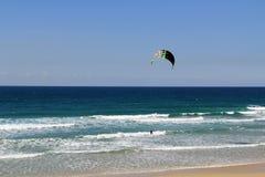 Drachen, der auf das Mittelmeer in Israel surft Stockfoto