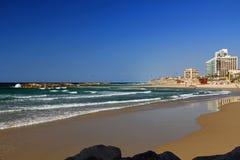 Drachen, der auf das Mittelmeer in Israel surft Stockfotografie