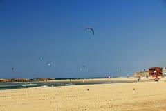 Drachen, der auf das Mittelmeer in Israel surft Lizenzfreie Stockbilder