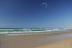 Drachen, der auf das Mittelmeer in Israel surft Stockbild