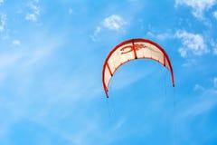Drachen, der in den Himmel mit schönen Wolken surft stockfotografie