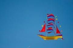 Drachen in der Form des Bootes Stockfoto