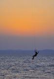 Drachen, der am Sonnenuntergang surft Stockfotografie