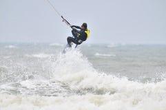 Drachen, der in Spray surft. lizenzfreies stockfoto