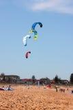 Drachen, der am Strand surft Lizenzfreies Stockfoto