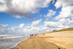 Drachen, der in Zandvoort den aan Zee Niederlanden surft lizenzfreies stockfoto