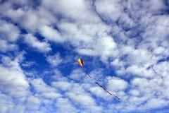 Drachen in einem bewölkten blauen Himmel Lizenzfreies Stockfoto