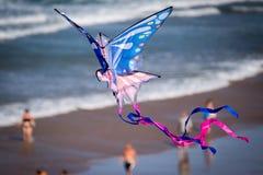 Drachen-Flugwesen auf dem Strand lizenzfreie stockbilder