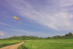 Drachen im bewölkten Himmel des Sommers Lizenzfreie Stockfotos
