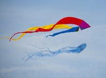 Drachen im Himmel mit anderen Drachen Lizenzfreie Stockfotografie