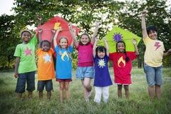 Drachen-Kinderkinderzufälliges nettes Freizeit-draußen Konzept stockfotos