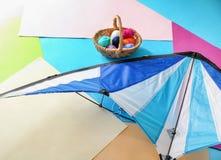 Drachen mit Strickgarn auf Farbhintergrund lizenzfreies stockfoto