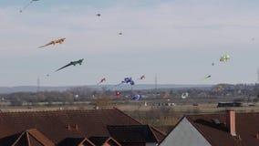 Drachen steigen über den Dächern von Häusern an stock video footage