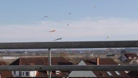 Drachen steigen über den Dächern von Häusern an die Ansicht vom Balkon stock video footage