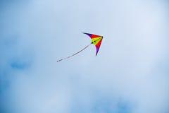 Drachen steigt im Himmel an Lizenzfreies Stockfoto