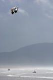 Drachen-Surfer in den Wellen an der Küste von Irland Stockfoto