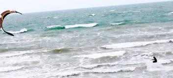 Drachen-Surfer, der auf die Nordsee in Netherland surft Stockfotos